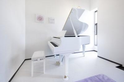 白を基調にした清潔感のあるスタジオです。 - ピアノスタジオコローレ レンタルピアノスタジオの室内の写真