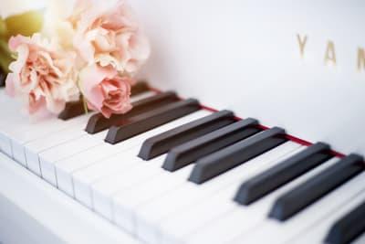 ヤマハG3Eホワイトです。 - ピアノスタジオコローレ レンタルピアノスタジオの室内の写真