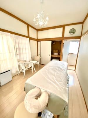 サロン・ド・ラズリ ハワイアンルームBの室内の写真