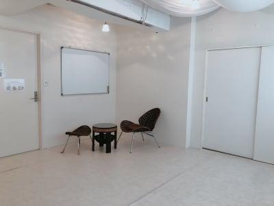 ホワイトボードも完備 - 地域No1価格!無料サービス充実 エステ・セミナースペースの室内の写真