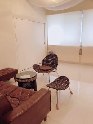ソファもあるのでカウンセリングにも最適 - 地域No1価格!無料サービス充実 エステ・セミナースペースの室内の写真