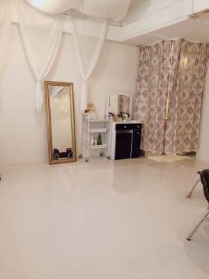 着替えスペースや鏡台あり - 地域No1価格!無料サービス充実 エステ・セミナースペースの室内の写真