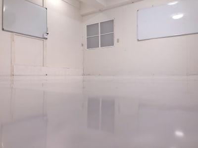 窓には遮光カーテン。 ミラーにもカーテンがあるので閉めるとミラーが気になりません。 - 地域No1価格!無料サービス充実 スタジオ・セミナーに最適スペースの室内の写真