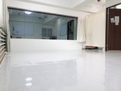 ホワイトボード2台設置。 セミナーや交流会にも利用可能。 - 地域No1価格!無料サービス充実 スタジオ・セミナーに最適スペースの室内の写真
