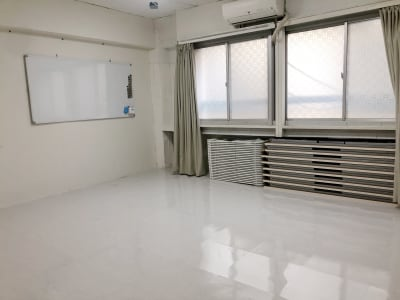 窓下には折りたたみ式の会議室テーブル9台、パイプ椅子があります。 - 地域No1価格!無料サービス充実 スタジオ・セミナーに最適スペースの室内の写真
