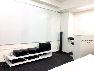【オンラインセミナー会場】代々木駅から徒歩30秒!新宿、渋谷からのアクセスも抜群の清潔感溢れる低価格セミナー会場・会議室 - ONE DAY OFFICE TOKYO リモート オンライン貸し会議室の室内の写真