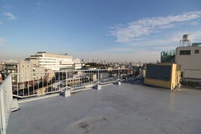 5F屋上です。高台になっているから景色が良く、 下町の風景が一望できます。 - 屋上スタジオレンタル【えこてん】 屋上撮影スタジオ、ロケ地の室内の写真