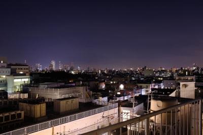 5F屋上の夜景です。スカイツリーと東京タワーが眺めます。 - 屋上スタジオレンタル【えこてん】 屋上撮影スタジオ、ロケ地の室内の写真