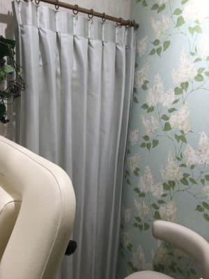 ネイルサロンとの境にカーテンあり - レンタルサロン LULU レンタルサロンの室内の写真