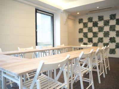 1人で移動できるイスとテーブルをご用意しております。会議やパーティーなど、ご利用目的に合わせて、ご自由に配置してください。 - Funshare 浅草橋 最大20名までの多目的スペース!の室内の写真