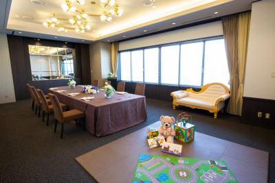 キッズスペース付きの広々としたお洒落な会場でインスタ映えなママ会を - KKR HOTEL HAKATA 上質な多目的空間【はくちょう】の室内の写真