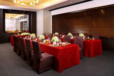 長テーブルの流しスタイルでもご利用いただけます - KKR HOTEL HAKATA 上質な多目的空間【はくちょう】の室内の写真