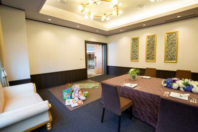吹き抜けのロビーが見渡せ さらに角部屋にあたるためお子様連れにも最適です - KKR HOTEL HAKATA 上質な多目的空間【はくちょう】の入口の写真