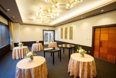 小さな円卓のちらしスタイルなら交流を深めるのに最適 - KKR HOTEL HAKATA 上質な多目的空間【はくちょう】の室内の写真