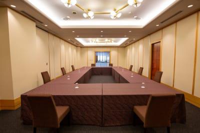 会議に最適なロの字形式でもゆったりとご利用いただけるセッティングが可能です - KKR HOTEL HAKATA ビジネス利用に最適【オリオン】の室内の写真