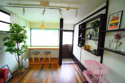 自然光が入るカウンター席で勉強会 - RUE大塚 自習室の室内の写真