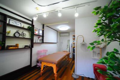 電気が明るいので夜もご利用いただけます(※営業時間は夜9時まで) - RUE大塚 自習室の室内の写真