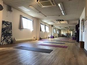 スタジオの広さは、ヨガマットが約20枚引けるくらいです。 - 【草加】レンタルスタジオ Serenita 個室スタジオの室内の写真