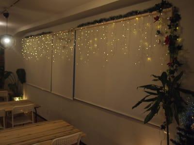 夜は幻想的なつららイルミネーションを貸切でお楽しみください♪ - ROUGHLABO TECH扇町 イベントスペースの室内の写真