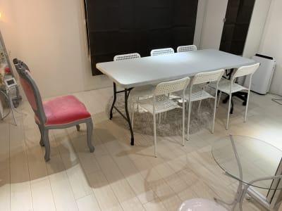 6人掛けの椅子とテーブルがあり、会議やワークショップでも使えます - Salon de miyabi レンタルサロンの室内の写真