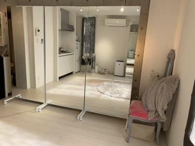 80×180の可動式鏡3枚を並べるとスタジオとしても使えます - Salon de miyabi レンタルサロンの室内の写真
