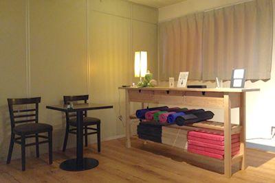 現在は写真の茶色の椅子2脚とテーブルはありません。ハイスツール、スツールの2脚、カウンターテーブルはございます。 - 【草加】レンタルスタジオ Serenita 個室スタジオの室内の写真