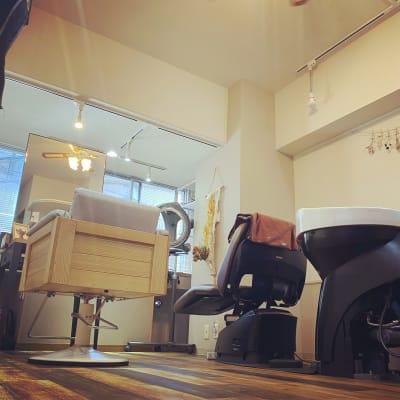 チェアー、セット面、シャンプー 台、その他すべてタカラ製品で揃えております。 - room 302 落ち着くプライベートサロンの室内の写真