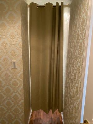 スタジオの奥にカーテンで仕切られた更衣スペースがございます。 - レンタルスタジオ スタジオザルツ スタジオザルツの室内の写真