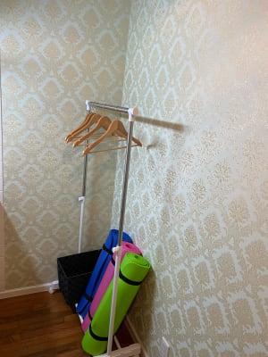 更衣スペースに、お荷物を置くボックス、ハンガーラック、ヨガマットがございます。 - レンタルスタジオ スタジオザルツ スタジオザルツの設備の写真