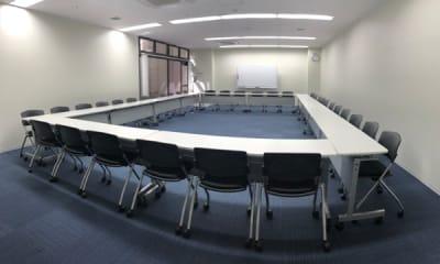 スクール形式 (2名席でゆったり16名) - NPD貸会議室 岡山駅前 Aフロアの室内の写真
