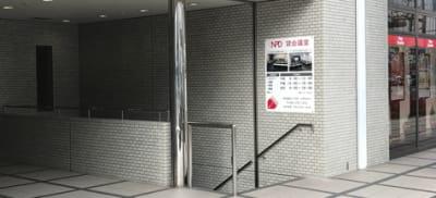 正面入口(ビル東側)より、会議室フロアへ直結! - NPD貸会議室 岡山駅前 Aフロアの入口の写真