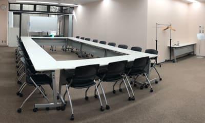 スクール形式 (2名席でゆったり14名) - NPD貸会議室 岡山駅前 Bフロアの室内の写真