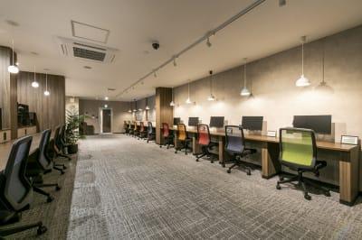 会議終わりに、併設のコワーキングスペースの利用も可能(別料金) - ビズコンフォート仙台クリスロード 2名用個室の設備の写真