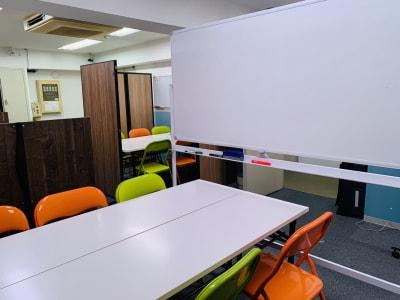 西麻布ベース コワーキング会議スペース①‗6人の室内の写真