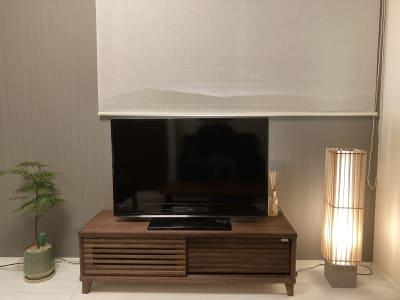 テレビの後ろにあるロールスクリーンは、プロジェクタ投影も可能です。 - 大崎・五反田駅近・築浅スペース 大崎・五反田の駅近・築浅スペースの室内の写真