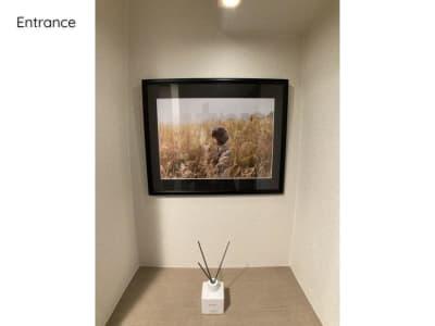 玄関には某写真家様からご提供頂きました写真と、大人気「SHIRO」のディフューザーをご用意しております。 - ◆エブリ梅田東◆レンタルサロン★ エステスペース、多目的スペースの室内の写真