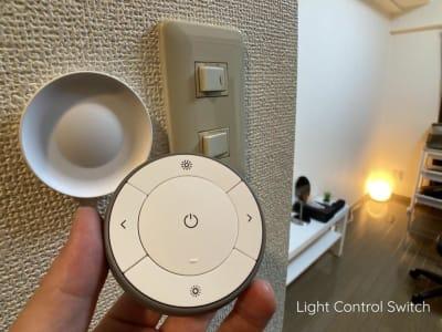 調光用リモコンは壁に備え付けております。(マグネット式ですので取り外せます) - ◆エブリ梅田東◆レンタルサロン★ エステスペース、多目的スペースの設備の写真