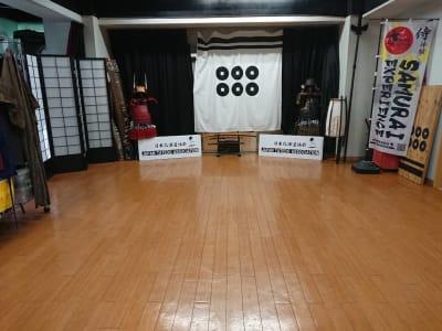 日本殺陣道協会 B教室 道場の室内の写真