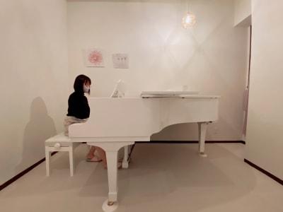 可愛らしい空間で演奏できます。 - ピアノスタジオコローレ レンタルピアノスタジオの室内の写真
