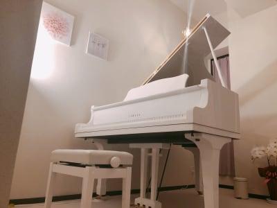 温かみのあるライトです。 - ピアノスタジオコローレ レンタルピアノスタジオの室内の写真