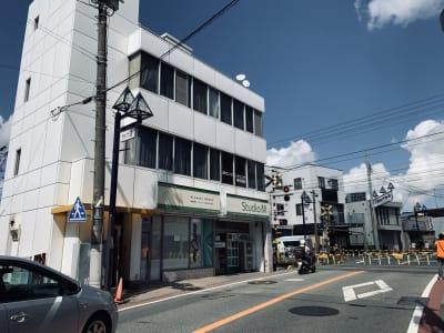 白いビル向かって左側が入口です! - スタジオM  第2 京成稲毛駅前 ダンスレンタルスタジオBルームの外観の写真