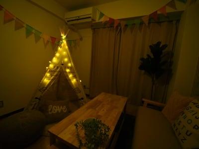 テントライト点灯 - オシャレンタル池袋 撮影・パーティースペースの室内の写真