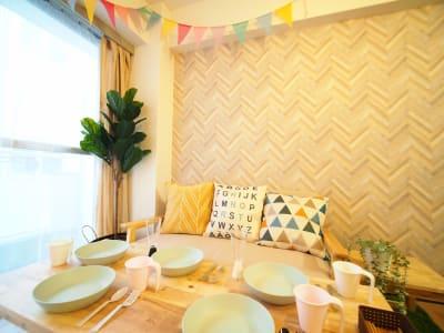 ソファーとサイドテーブル - オシャレンタル池袋 撮影・パーティースペースの室内の写真