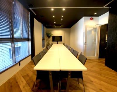 5名様プラン 5名様までご利用可能な会議室です。 - 東邦オフィス福岡天神 東邦オフィス天神貸し会議室⑤名の室内の写真