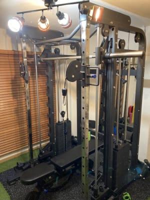 パワーラック スミスマシン ケーブル 複合のマシン - Limeパーソナルジム五反田店の室内の写真
