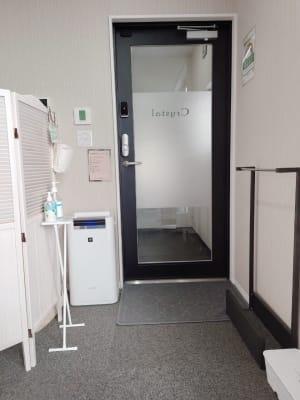 入口 - ネイル専用サロンCrystal ネイルテーブルBの室内の写真