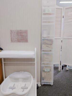 フット台・フットバス・ひざ掛けやゴミ袋等を収納する収納ボックス - ネイル専用サロンCrystal ネイルテーブルCの設備の写真