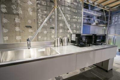ホワイエ内にミニキッチンを設置しており、ご自由にご利用頂けます。 - Theatel sapporo  スクリーン付きイベントスペースの室内の写真