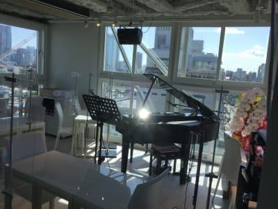 朝の光が差し込んでいます。 - 歌声ピアノサロンメロディー ピアノサロンメロディーの室内の写真