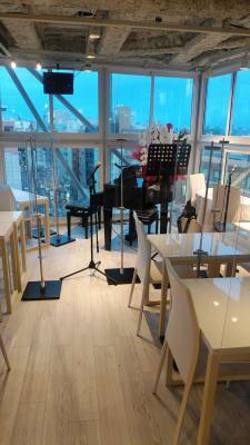 テーブルはコロナ対策で一人ずつになっています。  - 歌声ピアノサロンメロディー ピアノサロンメロディーの室内の写真